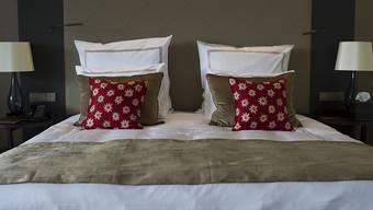 Das Schlafen in Schweizer Hotelbetten ist billiger geworden. (Symbolbild)