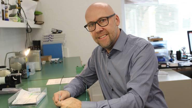 Marcel Bär in der Werkstatt seines Optikergeschäfts in Bremgarten.