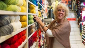 Sylvia Roeschli schätzt die Begegnung mit Kunden und gibt ihnen gerne Stricktipps.