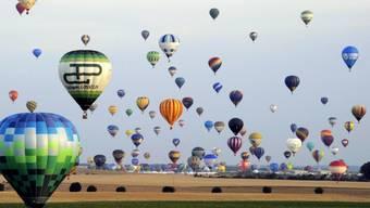 Weltrekord: 408 Ballons gleichzeitig in der Luft