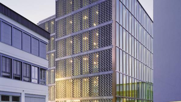 Betonmuster: Die von der Bruggerstrasse abgewandte Fassade des Berufsschulhauses wirkt nahezu «moiré-artig». (Roger Frei, Zürich)