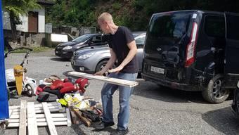 Gaudenz Ramseier rettet aus seinem kaputten Auto, was zu retten ist: Hundeboxen und Holzlatten etwa.