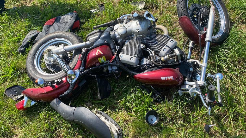 Das Motorrad kam auf dem Feld zum Stillstand.