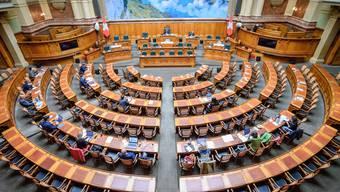 Ein Bild aus anderen Tagen: Während der Coronakrise blieb der Nationalratssaal lange Zeit unbenutzt, bis dann Plexiglaswände eingebaut wurden.