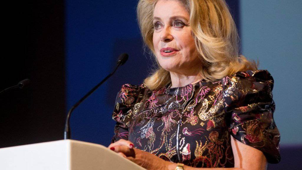 Catherine Deneuve bedankt sich auf dem Hamburger Filmfest für den Douglas-Sirk-Preis.