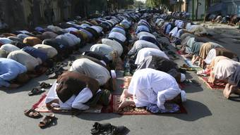 Muslime beten während des islamischen Opferfestes Eid al-Adha. Foto: Rahmat Gul/AP/dpa