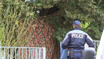 Polizei durchsucht den Tatort in Spiez