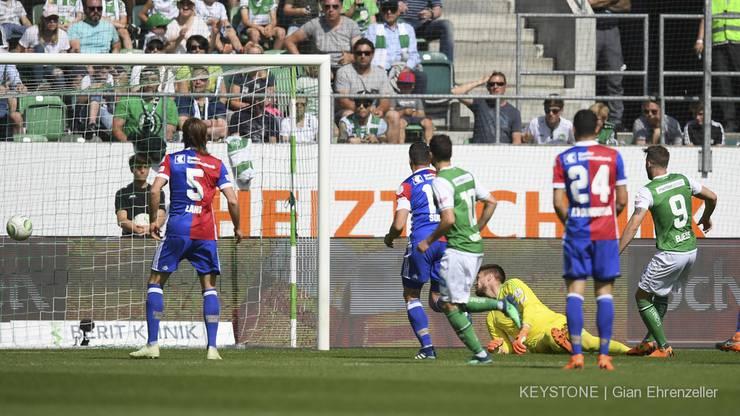 St. Gallens Roman Buess trifft zum 1-0 gegen Basels Goalkeeper Tomas Vaclik