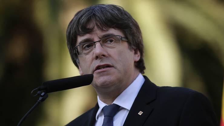 Carles Puigdemont ist ein Politiker aus Katalonien, einer Region im Nordosten von Spanien, die sich als autonome Gemeinschaft Spaniens betrachtet.