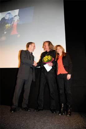 Vergabe des Wasserämter Filmpreises: Thomas Fischer (links, Gemeindepräsident Heinrichswil-Winistorf), Preisträger Christian Schocher und Seraina Rohrer