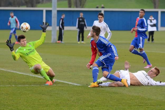 Basels Nicolas Hunziker (mitte) erzielt den 3:2 Siegestreffer und lässt Madrids Goalie keine Chance.