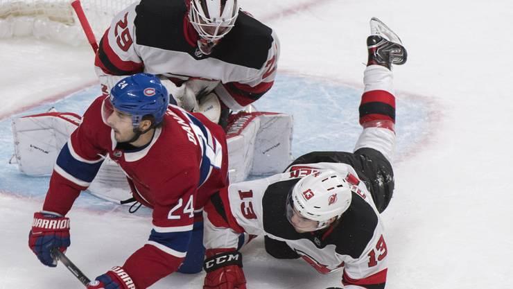 Neunter Saisonsieg für die New Jersey Devils, das Team des Schweizers Nico Hischier (Nummer 13), hier im Zweikampf mit Phillip Danault