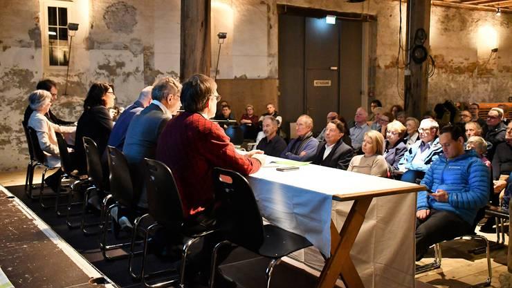 Der Stadtrat sowie Vertreter der Verwaltung geben im Salzhaus Auskunft zur geplanten Fusion mit Schinznach-Bad.
