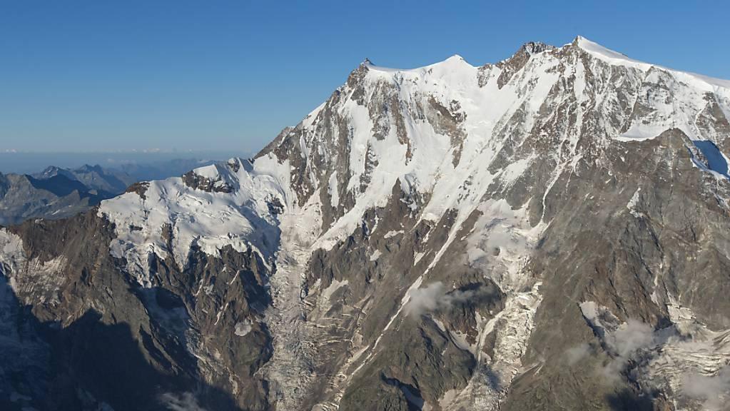 Ein italienisch-schweizerisches Forschungs-Team will dem Gletscher des Monte Rosa in 80 Metern Tiefe einen Eiskern entnehmen. Auf dem Bild ist die Ostwand des Monte Rosa zu sehen. (Archivbild)