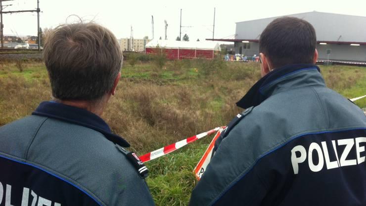 Angehörige der Stadt- und Kantonspolizei untersuchen am Freitagmorgen das Grundstück.