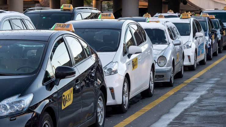 Bei Taxiunternehmen, sowie bei Coiffeur- und Kosmetikstudios, stiegen die Konkurse im Oktober stark an.