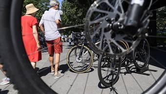 Alle E-Bikerinnen und -Biker sollen einen Helm tragen müssen und das Licht am Velo auch tagsüber einschalten. So will der Bundesrat schwere Unfälle verhüten. (Themenbild)