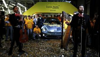 """Eine Mariachi-Band spielt am Mittwoch den mexikanischen Klassiker """"Cielito Lindo"""", nachdem der letzte VW-Beetle in der Farbe """"stonewash blue"""" vom Band gerollt ist."""