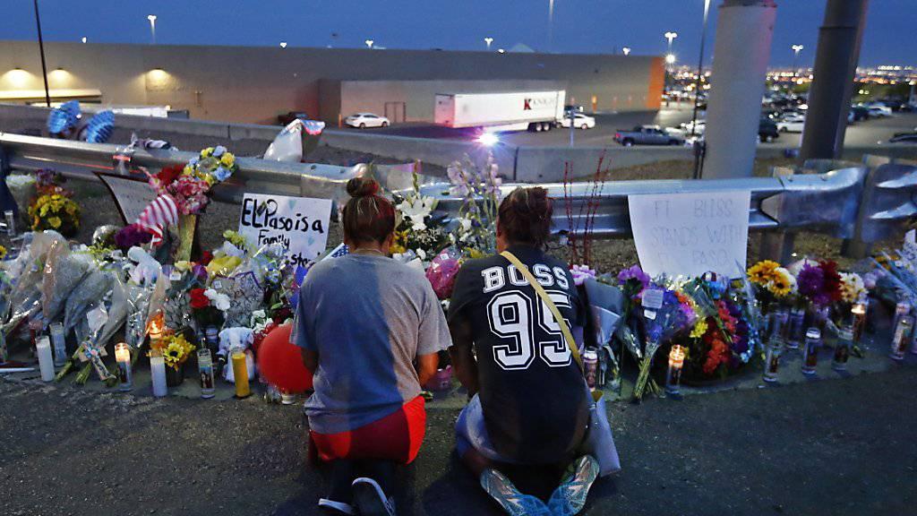 Zwei Frauen beten unweit des Tatorts für die Opfer der Bluttat in einem Einkaufsgeschäft im texanischen El Paso am vergangenen Samstag. (Archivbild)