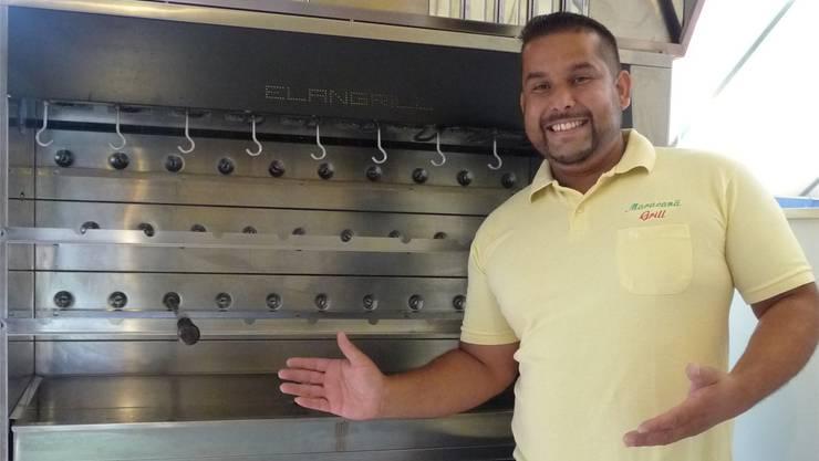 Eduardo Rodrigues präsentiert den speziellen Grill für das «Rodizio».