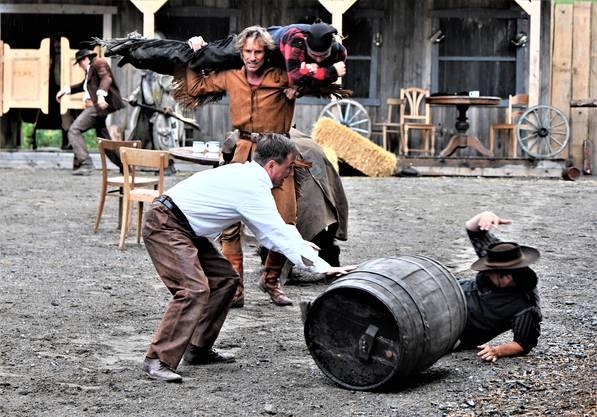 Old Shatterhand wird in eine deftige Schlägerei verwickelt.