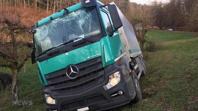Wangenried: Lastwagen von Strasse geraten