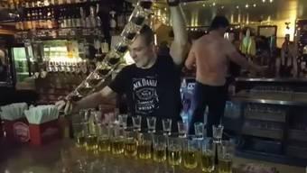 Irischer Barkeeper zeigt, was er drauf hat