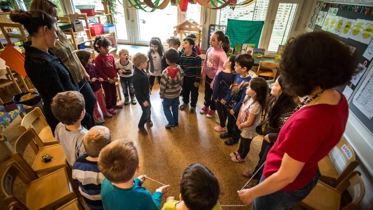 Heute besuchen viele Kinder bereits mit vier Jahren den Kindergarten. Grund ist die Verschiebung des Stichtags auf den 31. Juli (Symbolbild).