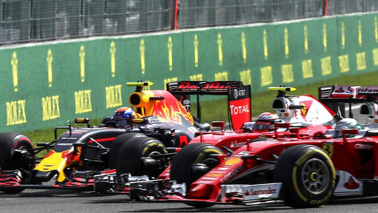 Feindberührung in der 1. Kurve: Verstappen, Räikkönen, Vettel (von links)