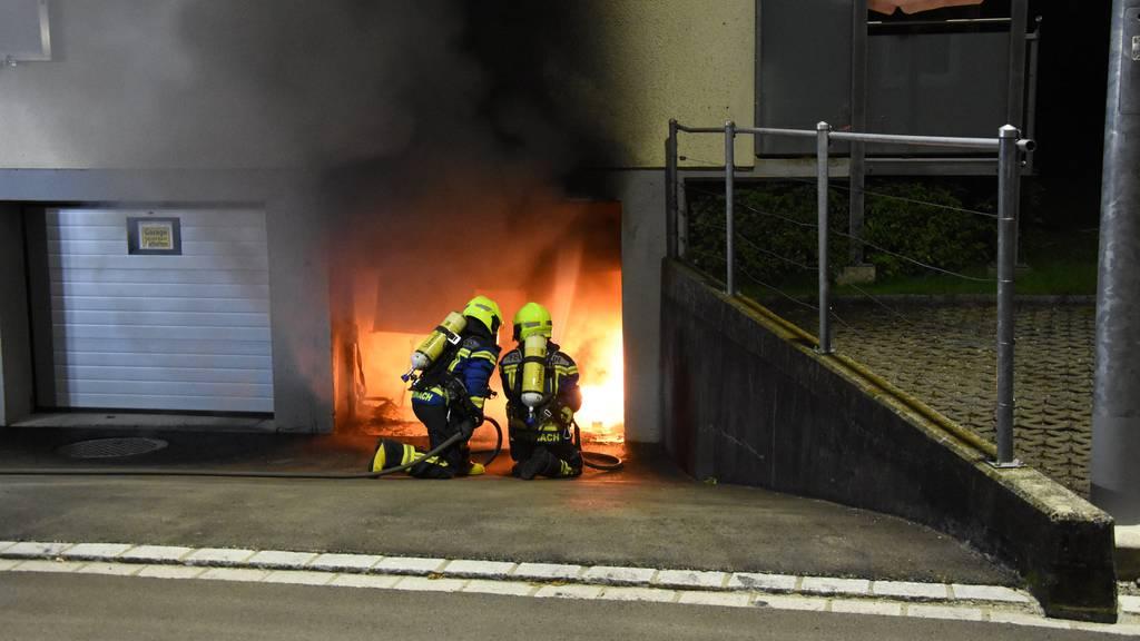 Garage in Flammen: Haus evakuiert – Mann im Spital