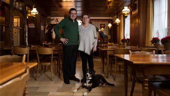 Markus und Rosmarie Friedli (mit Hund «King») wirten seit 30 Jahren in der «Täfern» in Dättwil. Alex Spichale