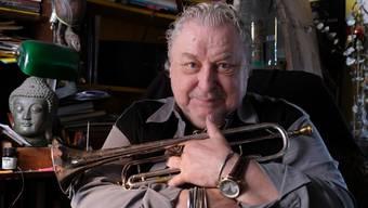 Der Jazzmusiker Herbert Joos, aufgenommen mit seiner Trompete in seiner Wohnung in Stuttgart, ist am 7. Dezember 2019 im Alter von 79 Jahren gestorben. (Archiv)