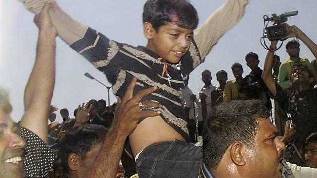Kinder werden auf Händen getragen