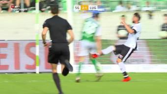 Dieses Brutalo-Foul von Fabio Daprela zerstört das Knie von St.Gallen-Spieler Cédric Itten.