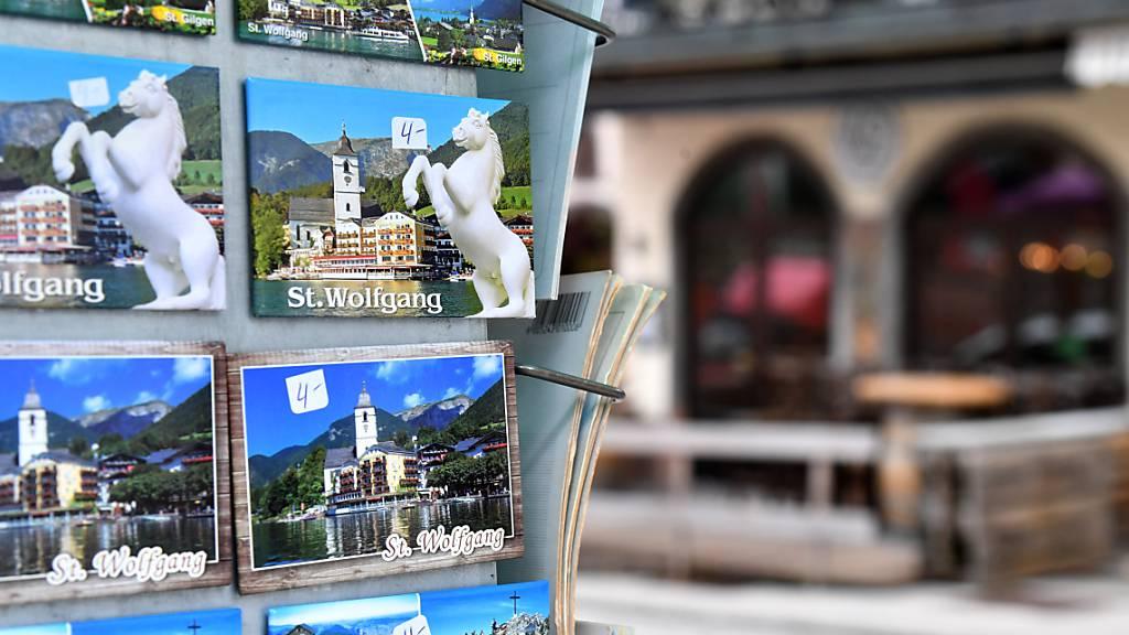 ARCHIV - Ein Ständer mit Post- und Magnetkarten in St. Wolfgang am Wolfgangsee. Foto: Barbara Gindl/apa/dpa