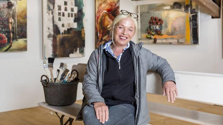 Unter dem Künstlernamen «Ataren» stellt die 52-jährige Wettingerin ihre Bilder aus. Hägni malt am liebsten mit Ölfarben und integriert zudem diverse Baustoffe wie Sand, Erde, Karton oder Holz in ihre Gemälde.