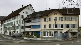 Die markanten Gasthäuser Rössli (links) und Ochsen am Dorfplatz in Villmergen sind in die Jahre gekommen und sollen einer neuenÜberbauung weichen.chr