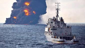 Das brennende Wrack der «Sanchi» im Hintergrund: Der mit Tausenden Tonnen Rohöl beladene Tanker ist inzwischen vor der Küste Chinas gesunken.