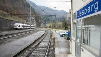 Der Regionalzug auf der Juralinie fährt pro Stunde zweimal am stillgelegten Bahnhof Liesberg vorbei.