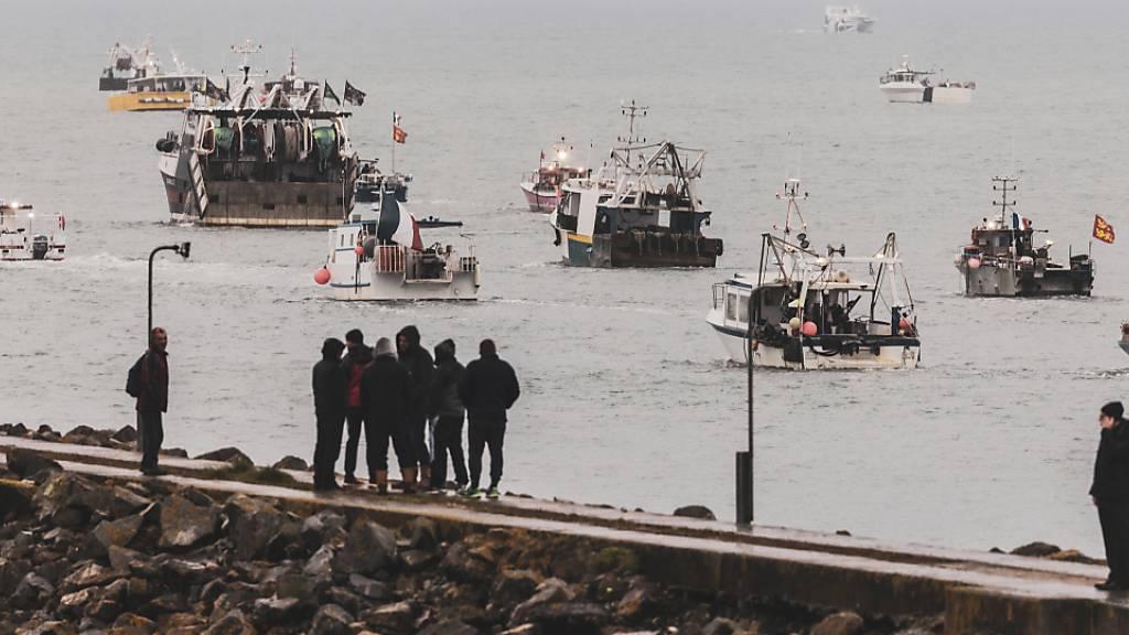 Französische Fischer, die über den Verlust des Zugangs zu den Gewässern vor ihrer Küste verärgert sind, haben ihre Boote aus Protest vor der englischen Kanalinsel Jersey versammelt. Foto: Oliver Pinel/AP/dpa