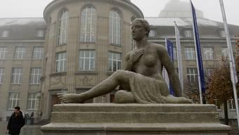 Die nun zusätzlich offengelegten Vertragsteile belegten, dass die Unabhängigkeit von Forschung und Lehre vollständig gewährleistet sei.