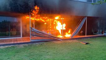 Das Feuer ging vom Gasgrill aus und richtete am Einfamilienhaus einen Sachschaden von mehreren hunderttausend Franken an.