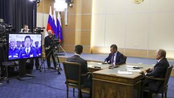 """Russlands Präsident Wladimir Putin und sein chinesischer Amtskollege Xi Jinping haben am Montag die Fertigstellung der Pipeline """"Kraft Sibiriens"""" auf russischer Seite gefeiert."""