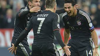 Müller und Ribéry feiern Bayerns Hattrick-Schützen Pizarro (v.l.).