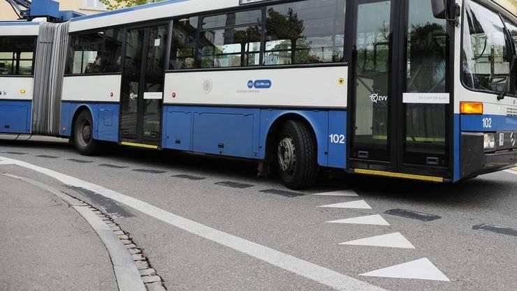 Kurz vor acht Uhr war ein Lastwagen in das Heck eines Busses geprallt. (Archiv)