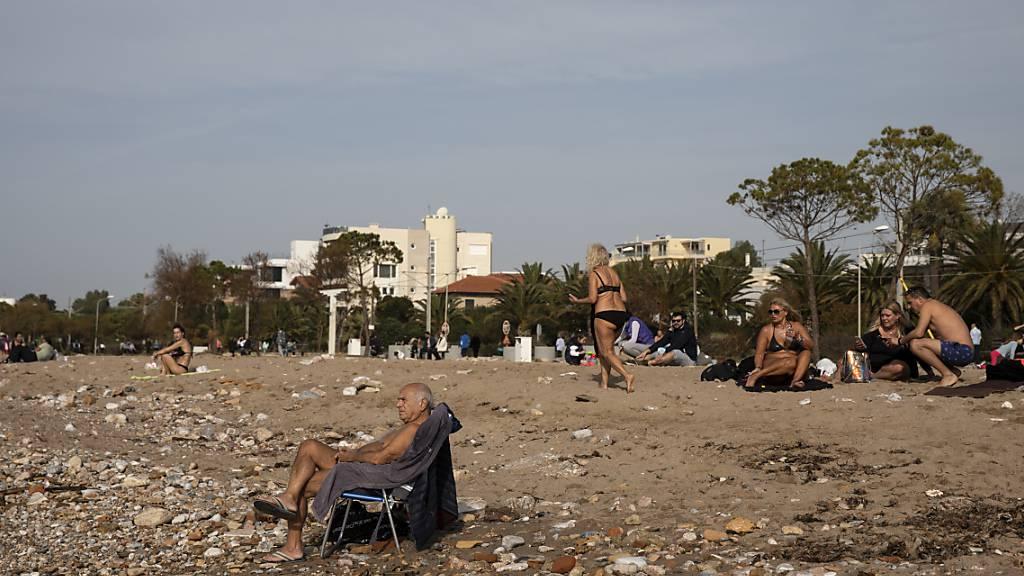 Das warme Wetter hat die Menschen in Glyfada, einem Vorort von Athen, zum Strand gezogen. Foto: Yorgos Karahalis/AP/dpa