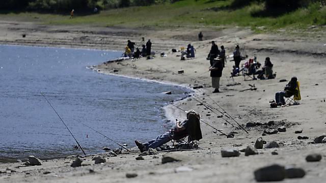 Wasserspiegel sinkt: Fischer im kalifornischen El Sobrante