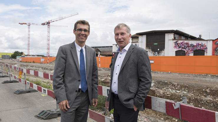 Stadtrat Lukas Pfisterer, Bauvorstand, und FC-Aarau-Präsident Alfred Schmid, rechts,  freuen sich über den möglichen Baustart des neuen Fussballstadions auf dem Torfeld Süd, Aarau, 3. Juni 2016.