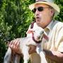 Landwirtschaftsminister Guy Parmelin hält bei einem Besuch auf einem Bauernhof im waadtländischen Puidoux ein Lämmchen (Bild: Keystone (2. Juni 2019)).