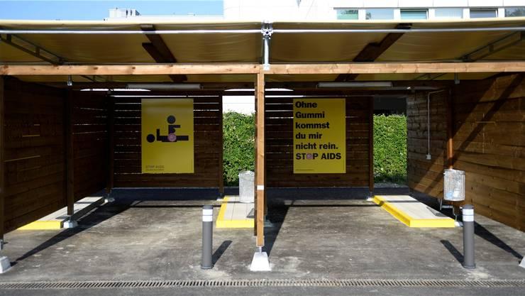 Kein ungeschützter Verkehr: Zürcher Sexboxen mit Präventionsplakaten.KEY